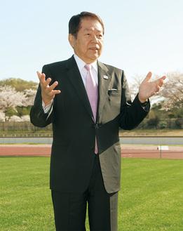 インタビューにこたえる小林市長(荻野運動公園で)