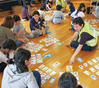 様々な道具のカードから、災害の場面で最も役に立つものを選ぶ「なまずの学校」に挑戦