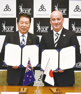 小林市長(左)とNZゴルフ協会のマーフィー氏