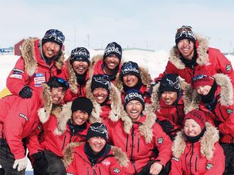 荻田泰永さん(写真後列左)と冒険ウォークに参加した12人の若者たち。ゴールのクライドリバー到着を喜ぶ
