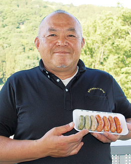 7種類のソーセージを手にする地域おこし協力隊の松田桂一さん