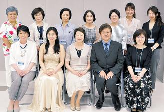厚木うきうきクラシックのメンバー。前列中央が代表の杉田八重子さん。右隣りがテノール歌手・上原正敏さん