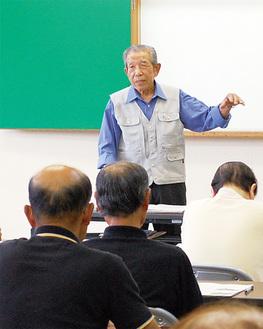 参加者を前に半原宮大工の歴史を語る鈴木さん