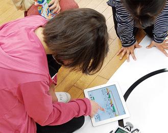 プログラミングの授業でタブレット端末を使う児童(愛川町立中津第二小学校)。今後も教育現場へのタブレット端末導入が進んでいく