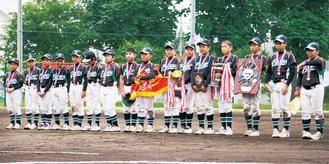 県大会で優勝を飾り表彰を受ける三田フレンズのメンバー