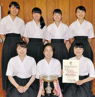 優勝した女子メンバー(右下から時計回りに)林さん、西海さん、武居さん、今村さん、亀田さん、田中さん、飯沼さん