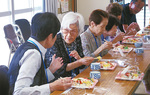 イベント後は参加者らで昼食会。最高齢参加者の山野辺徳子さん(93)は、「月1回のたのしみで知り合いも増えた」と会話も弾んでいた