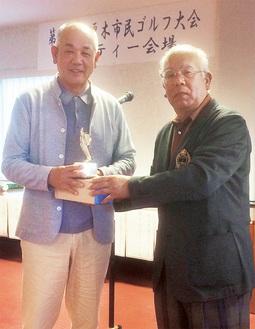 優勝した秋元さん(左)と長澤安夫会長