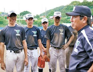 守備練習後、真っ黒な顔で土屋監督のアドバイスを聞く選手たち