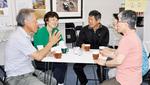 コーヒーを飲みながら会話を楽しむ