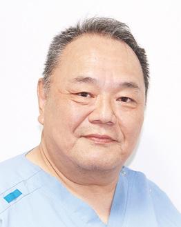 東海大学医学部卒。山口県出身。開業医の父の背中を見て医師を志した。趣味はゴルフで過去には車でサーキット走行も。