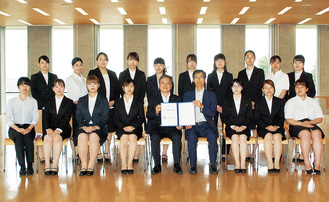 締結式参加者による記念撮影。協定書を手にする岩澤村長(前列中央左)、風間学長(前列中央右)、プロジェクトに参加している学生ら