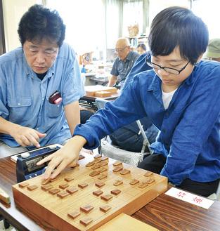 土日は1日8時間、都内の将棋クラブなどでさまざまな人と将棋を指している青木さん。好きな駒は「飛車」