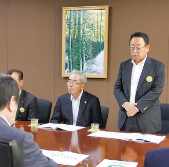 小林市長に要望を説明する大貫委員長