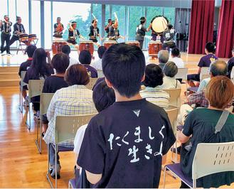 新校舎となった雄勝中学校で演奏する同会メンバー