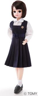 昭和28年から55年入学の生徒が着用した紺の制服を着たリカちゃん(サンプル)。髪の毛の色も制服に合わせている