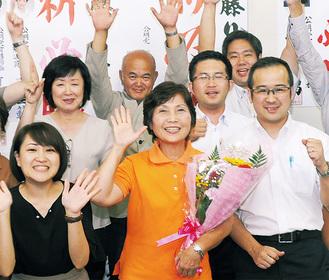 支援者らと当選を祝う佐藤氏(前列中央)