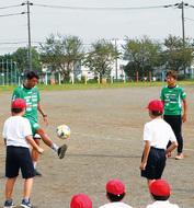 サッカー選手が来校