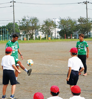 児童らの前でテクニックを披露する選手