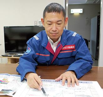 水位の上昇を解説する松若課長