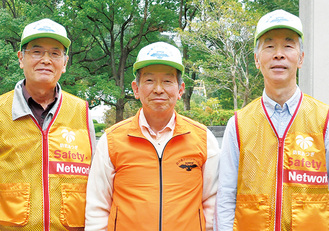 新調したベストを着る小坂代表(中央)、副代表の小澤さん(左)と上野正道さん