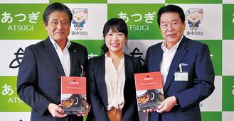 左から曽田高治教育長、大橋さん、小林常良市長