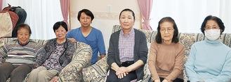 利用者とは家族のように過ごしている浅野さん(右から3人目)。その左奥となりが施設責任者の金子さん。家のリビングのようなくつろげるスペースで利用者とともに。