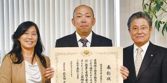 曽田高治厚木市教育長に報告する成田会長(中央)と田所校長(左)=18日市役所