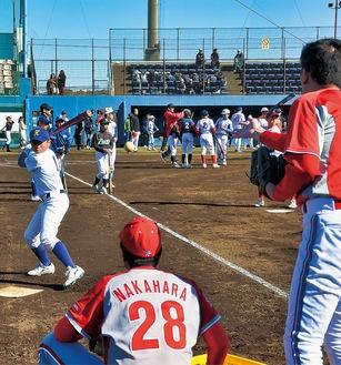 選手らの指導を受けてバッティング練習する球児
