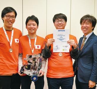 ロボットと賞状を持つ(写真右から)吉野教授、土橋さん、古川さん、中原さん
