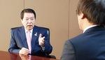 インタビューに答える小林市長(聞き手/本紙副編集長 勝浦勝)