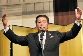 大きく手を広げ「大輪」を表す小林市長