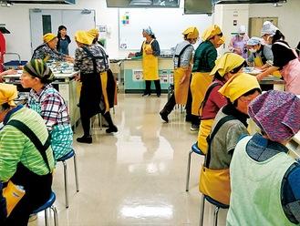料理教室の様子。あす18日(土)にはアミューあつぎの市民交流プラザで市主催の「シニア世代の男性向け料理教室」が開催され(申込み終了)、その講師も同会のメンバーが務める