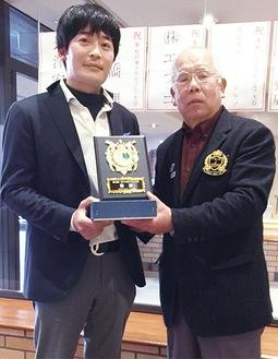 優勝した中田さん(左)と長澤会長