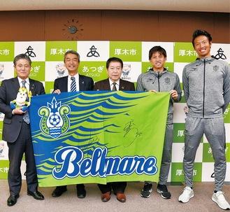 左から曽田高治教育長、水谷社長、小林市長、大野選手、指宿選手