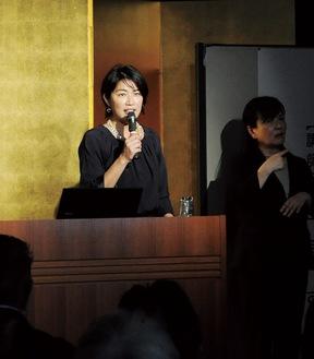 講演する奥山佳恵さん