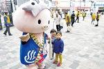 2月のキャンペーンではあゆコロちゃんも参加。子連れの親子など、歩行者らに加入を訴えた