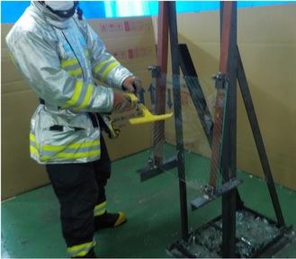 訓練では消防隊員が実際に特殊ガラスを破壊し、最適な器具や破壊後の状態を確認した