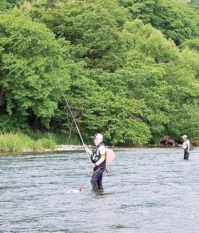 中津川での試し釣りの様子