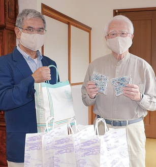 マスクを手にする荻山さん(右)と加藤会長