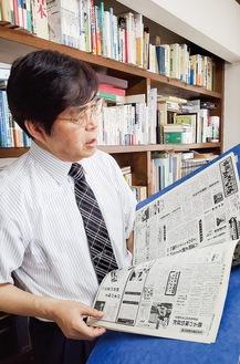 バックナンバーを繰り、発行時のエピソードを語る山本さん。仕事部屋は自宅内の一室。壁一面にはがっしりとした作り付けの本棚、びっしりと本が詰まっている。1畳ほどはあろうかという大きなデスクの中央にはパソコン、傍らには機能性にすぐれたコピー複合機がある。現在、有限会社市民かわら版代表取締役。心臓病患者の生活を考える会会長、厚木経進会広報委員長、社会医療法人社団三思会(東名厚木病院・とうめい厚木クリニック)評価員