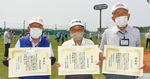 左から表彰式に出席した草柳さん、守屋さん、新妻さん