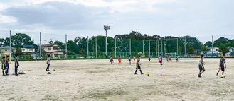 三田小のグラウンドで練習する子どもたち