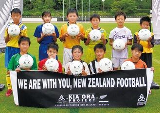 11チーム160人のメッセージが書かれたサッカーボール