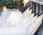 城山ダムの放流のようす