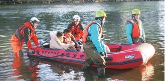 救命ボートを使った救助活動のイメージ。町中での浸水等を想定している=市消防本部提供