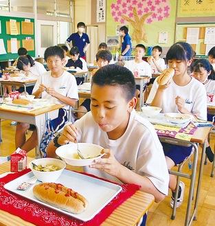 温かいスープやソーセージが生徒に好評