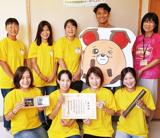 戸室小学校PTAのメンバー。前列右から2人目が室田会長。後列右が高峰校長