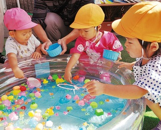 おもちゃすくいに挑戦する園児ら。「おもちゃすくいがいちばんたのしかった」と3歳女児