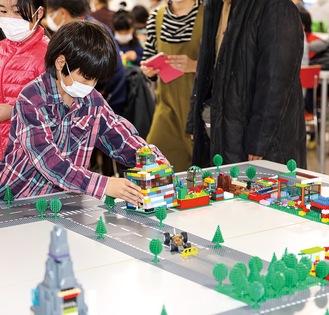 一生懸命レゴブロックで未来都市を創作する児童(写真は昨年)